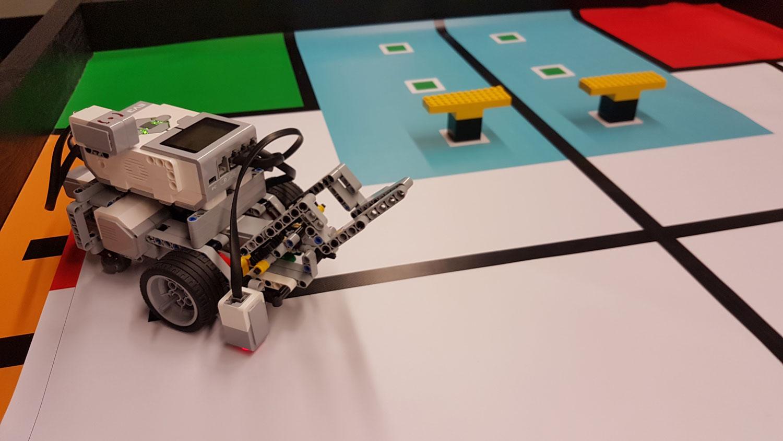 Das Bild zeigt einen Lego Mindstorm Roboter
