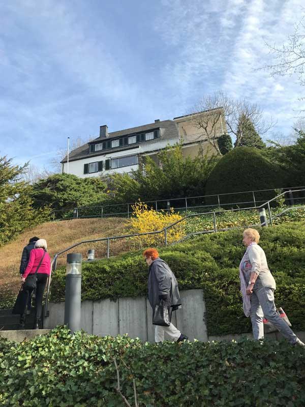 Das Bild zeigt eine Exkursion des Geschichts- und Altertumsvereins zum Adenauer-Haus