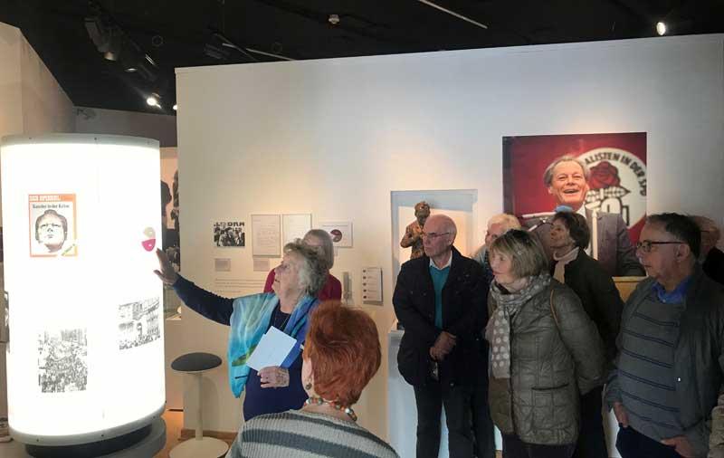 Das Bild zeigt eine Exkursion des Geschichts- und Altertumsvereins zum Willy-Brandt-Haus
