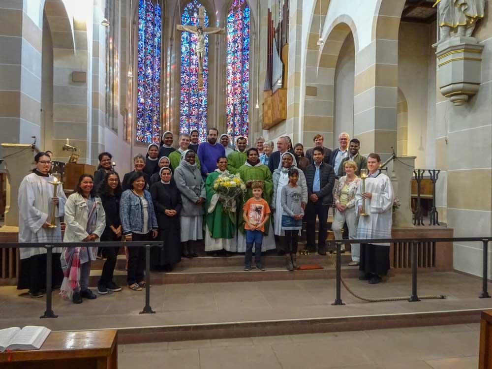 Gruppenfoto des Vereins der Freunde und Förderer des Michaelsberges e.V. in einer Kirche vor dem Altar