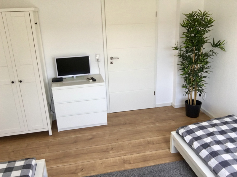 Auf dem Bild sieht man das Doppelzimmer mit 2 Betten und TV der Ferienwohnung Fecke