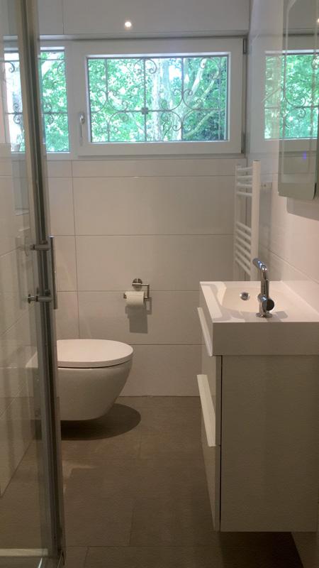 Auf dem Bild sind Bad sowie Waschbecker der Ferienwohnung Fecke zu sehen