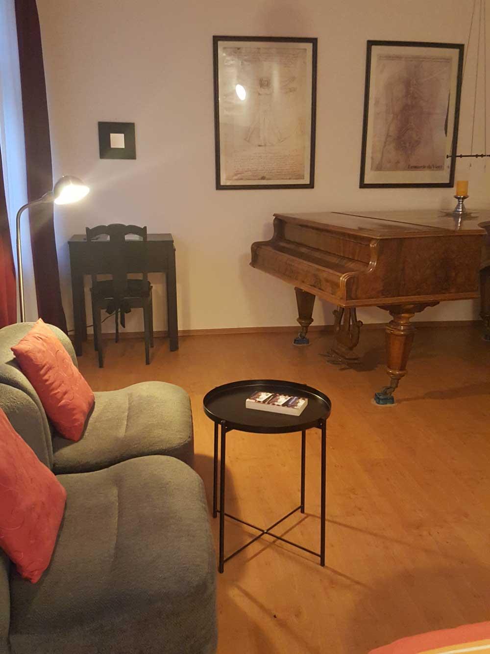 Das Bild zeigt den Schlaf- und Wohnbereich der Ferienwohnung Apartment Leonardo