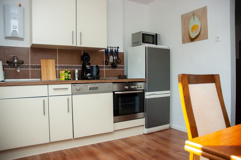 Das Bild zeigt die Küchenzeile der Ferienwohnung Siegburg Zentrum