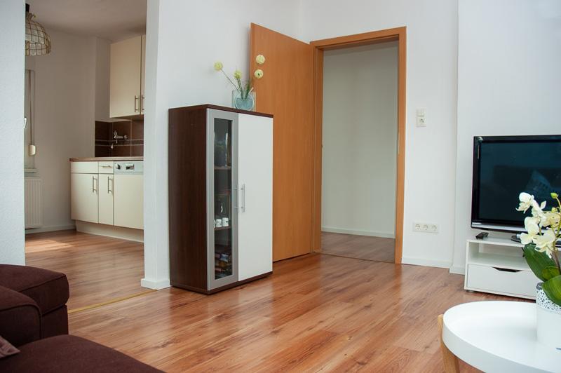 Auf dem Bild ist der WOhnberiech sowie ein Teil der Küche zu sehen