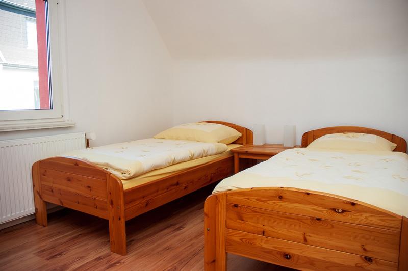 Auf dem Bild sind 2 Holzbetten des Schlafzimmers zu sehen