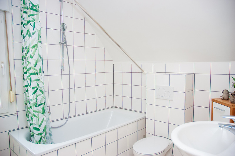 Auf dem Bild sind Badewanne, WC und Waschbecker der Ferienwohnung Siegburg Zentrum zu sehen