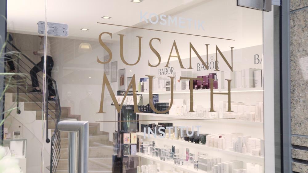 Das Bild zeigt das Schaufenster vom Kosmetikinstitut Susann Muth