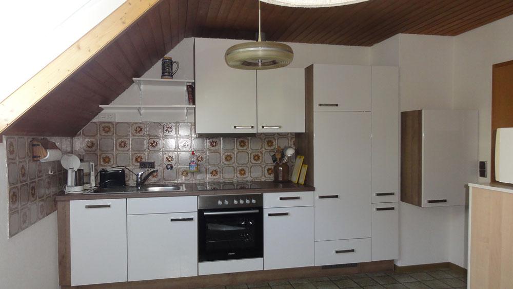 Auf dem Bild ist der Küchenbereich samt Küchenzeile der Ferienwohnung Thamm zusehen