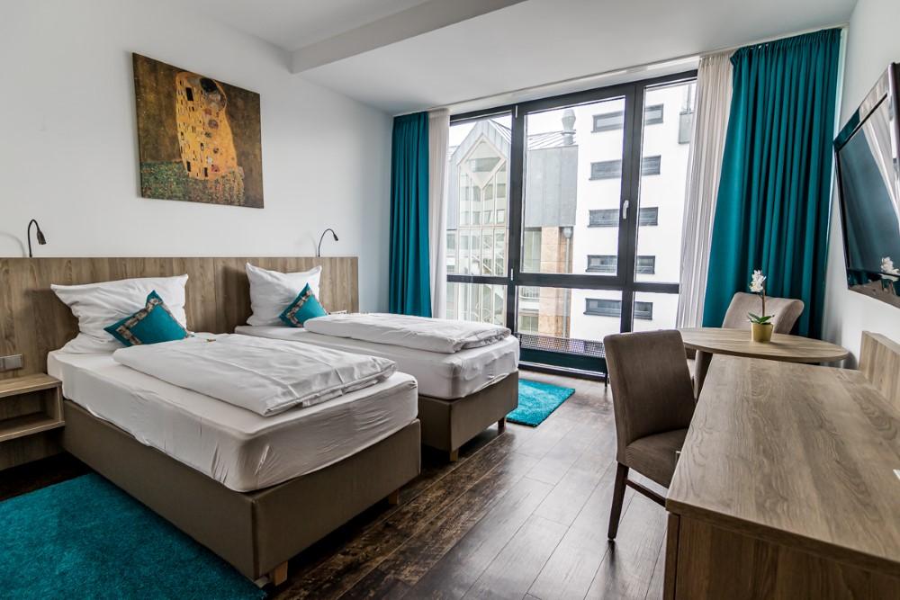 Das Bild zeigt eine Innenansicht eines Zimmers vom Koncept Hotel H2O