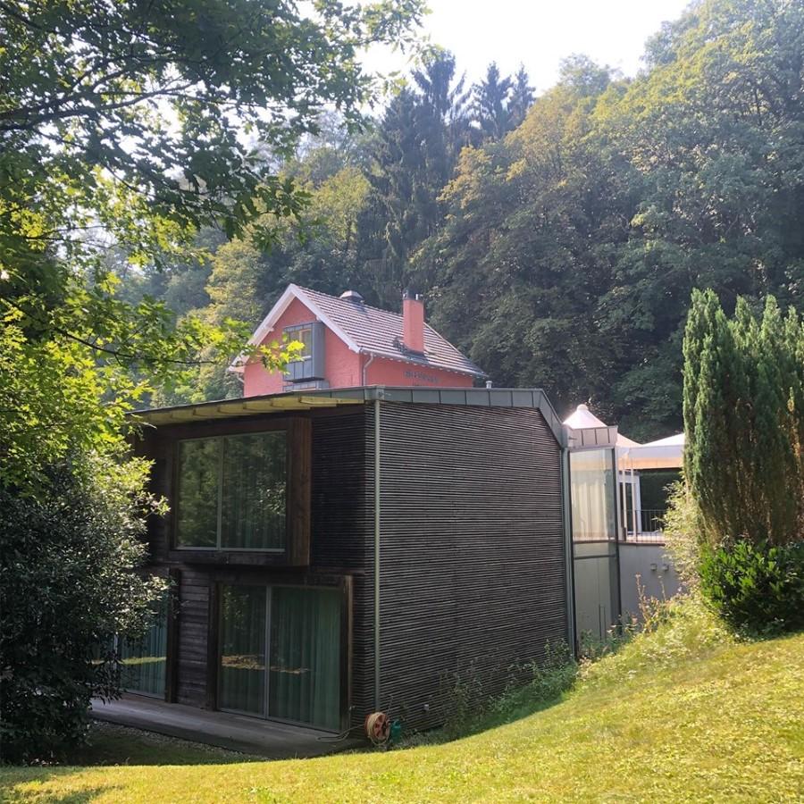 Das Bild zeigt eine Außenansicht der Villa Waldesruh