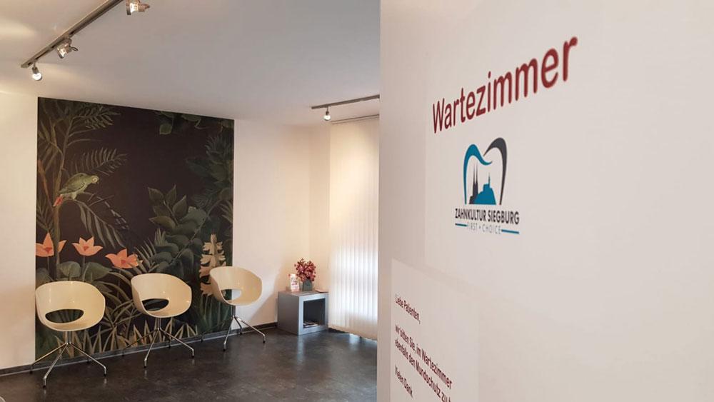 Wartezimmer der Praxis Zahnkultur Siegburg - Dr. med. dent. Francis Rowbotham