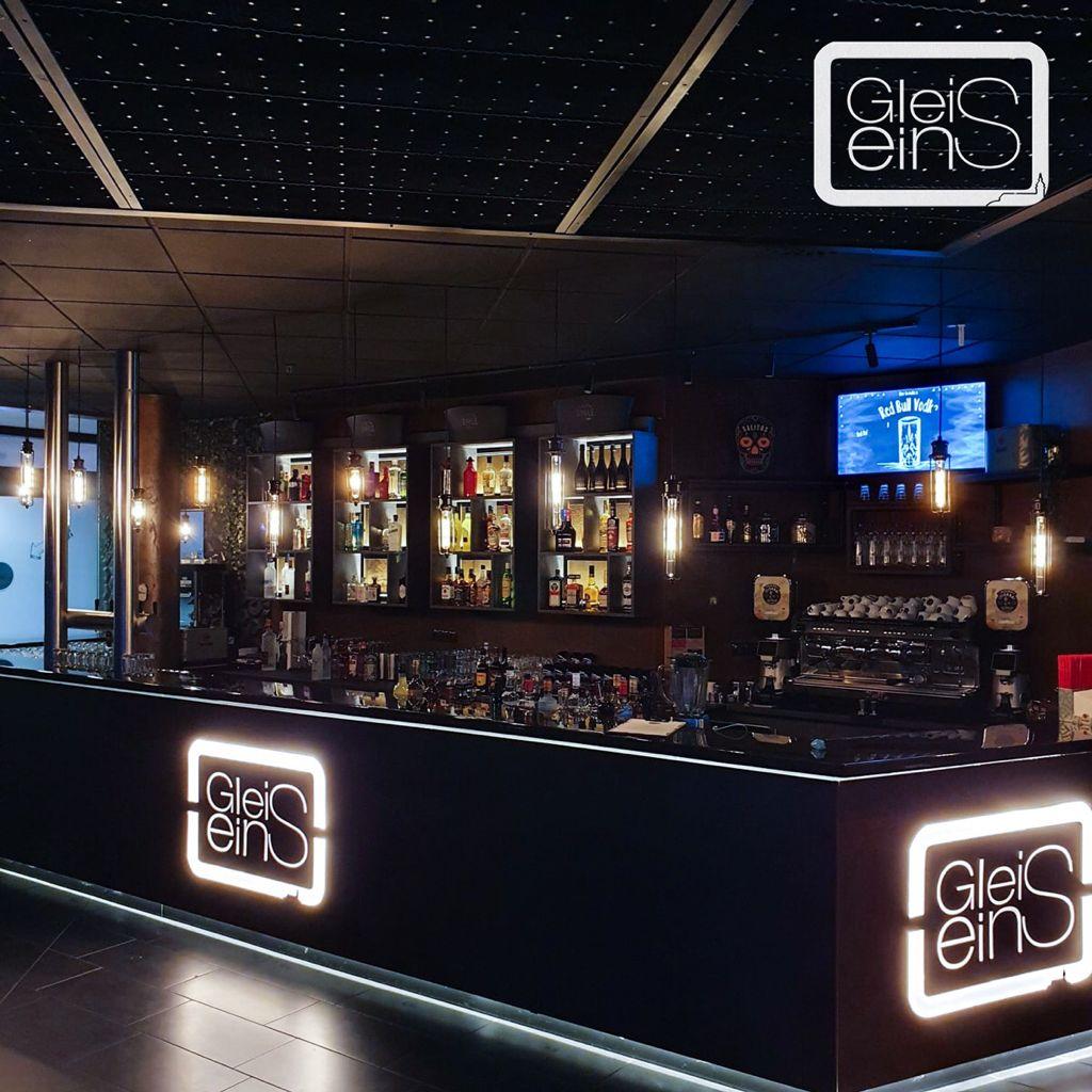 Ihr sucht einen idealen Ort für eine genüssliche Speise oder für ein Gespräch mit deinen Lieblingsmenschen? Oder für einen entspannten Drink am Abend? Dieser Ort liegt mitten im Herzen von Siegburg. Gleiseins  die perfekte Kombination von Café, Bar und Lounge.