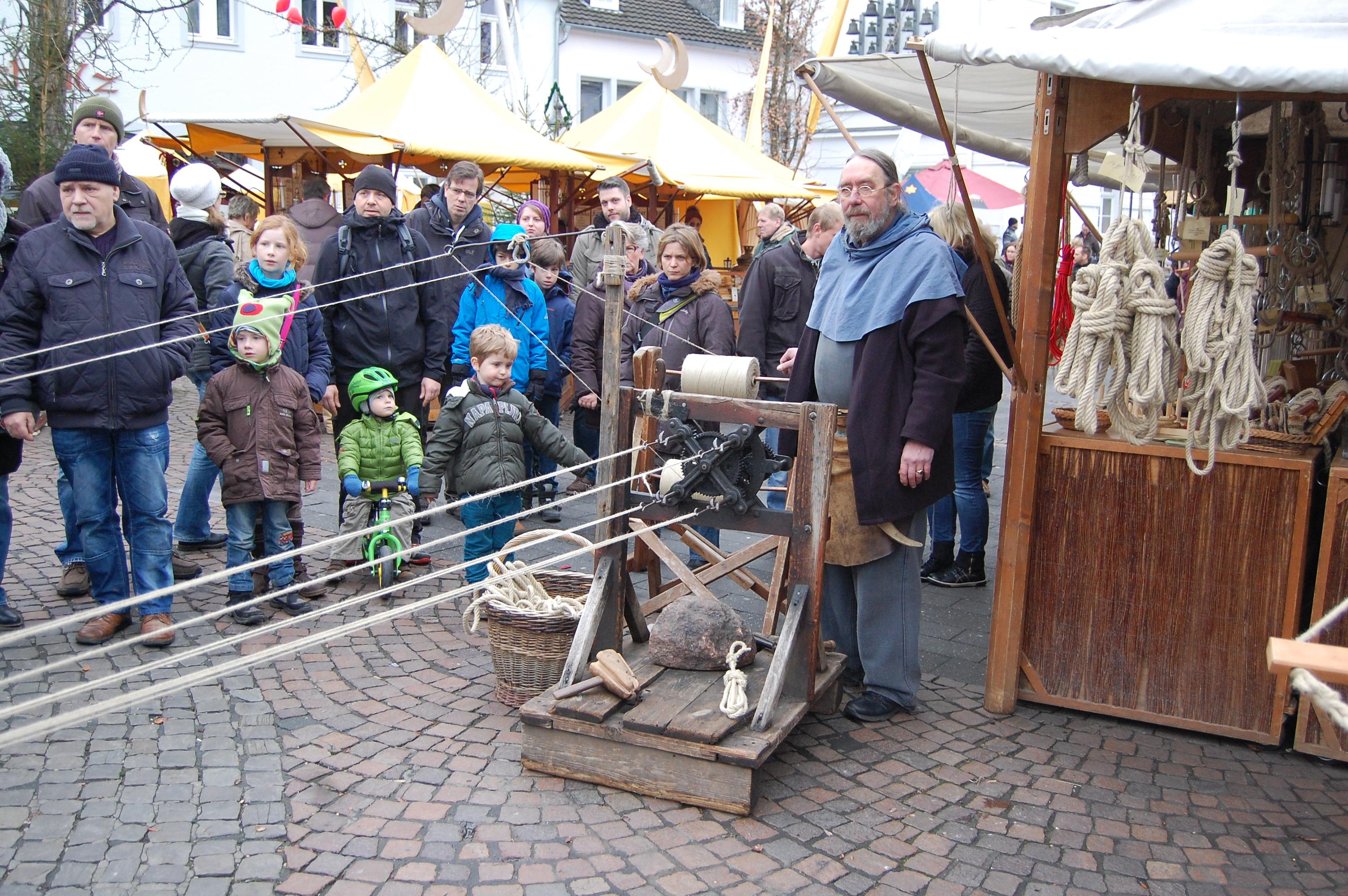 Weben einer Hängematte auf dem Weihnachtsmarkt
