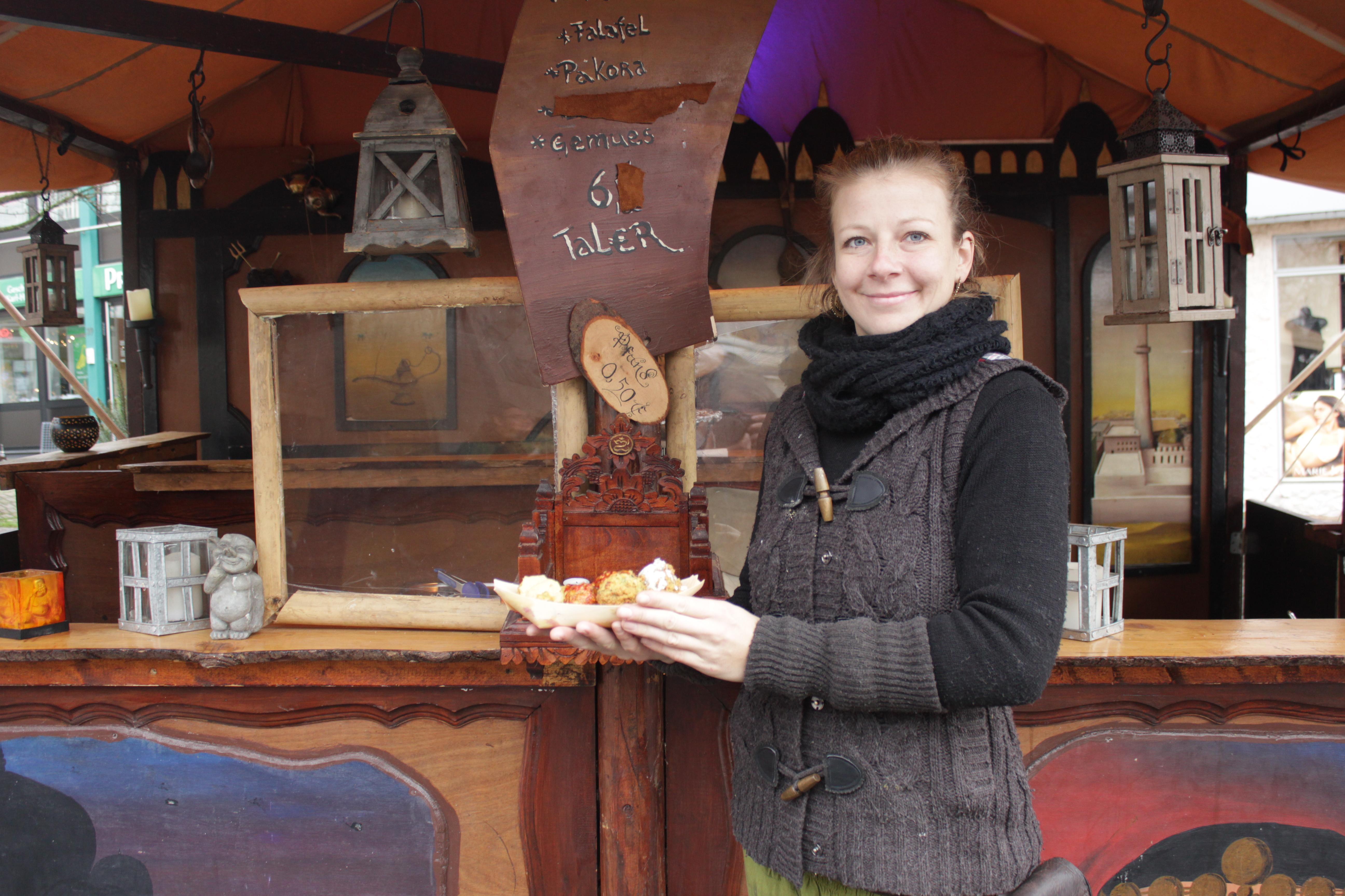 Stefanie Borowski vor ihrem Stand auf dem Mittelaltermarkt