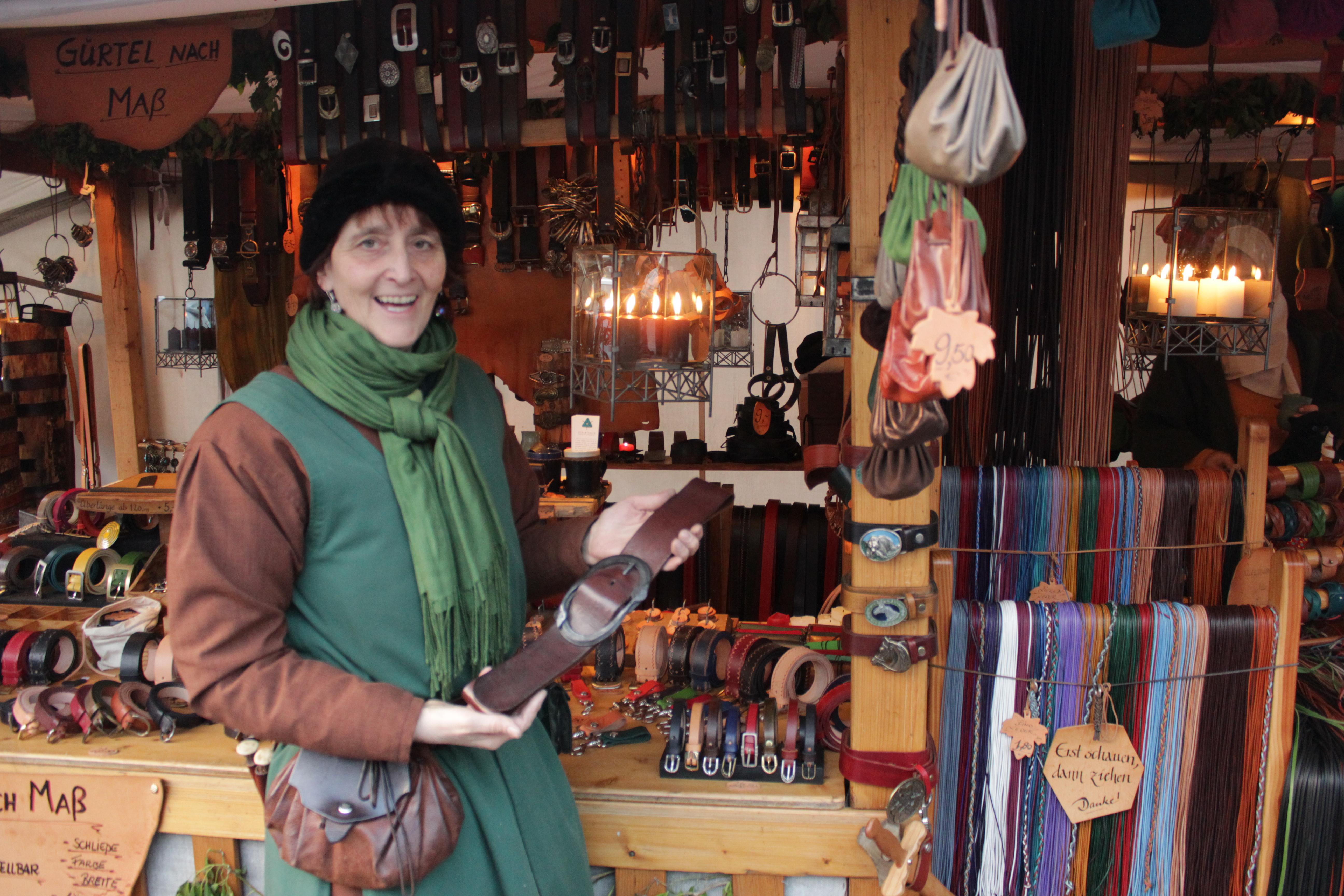 Riemenschneiderin Clara Siegenthaler zeigt einen selbst geschneiderten Gürtel