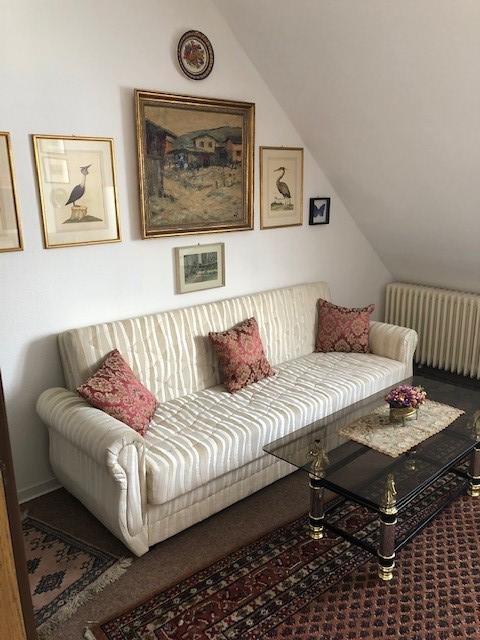 Auf dem Bild ist die Couch im Wohnbereich der Ferienwohnung Merker zu sehen