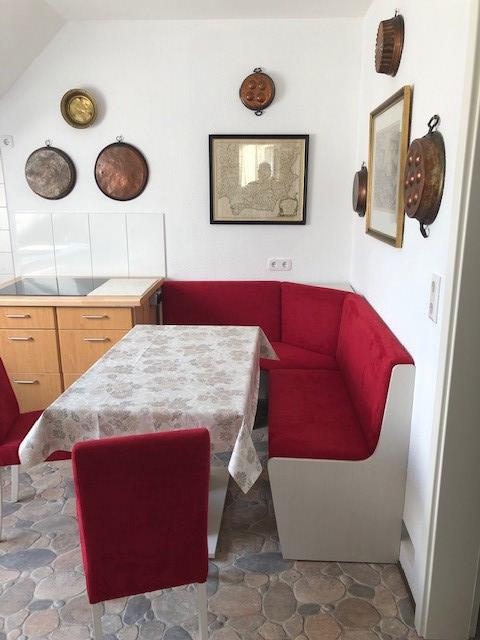 Das Bild zeigt die Essecke sowie einen Teil der Küchenzeile der Ferienwohnung Merker