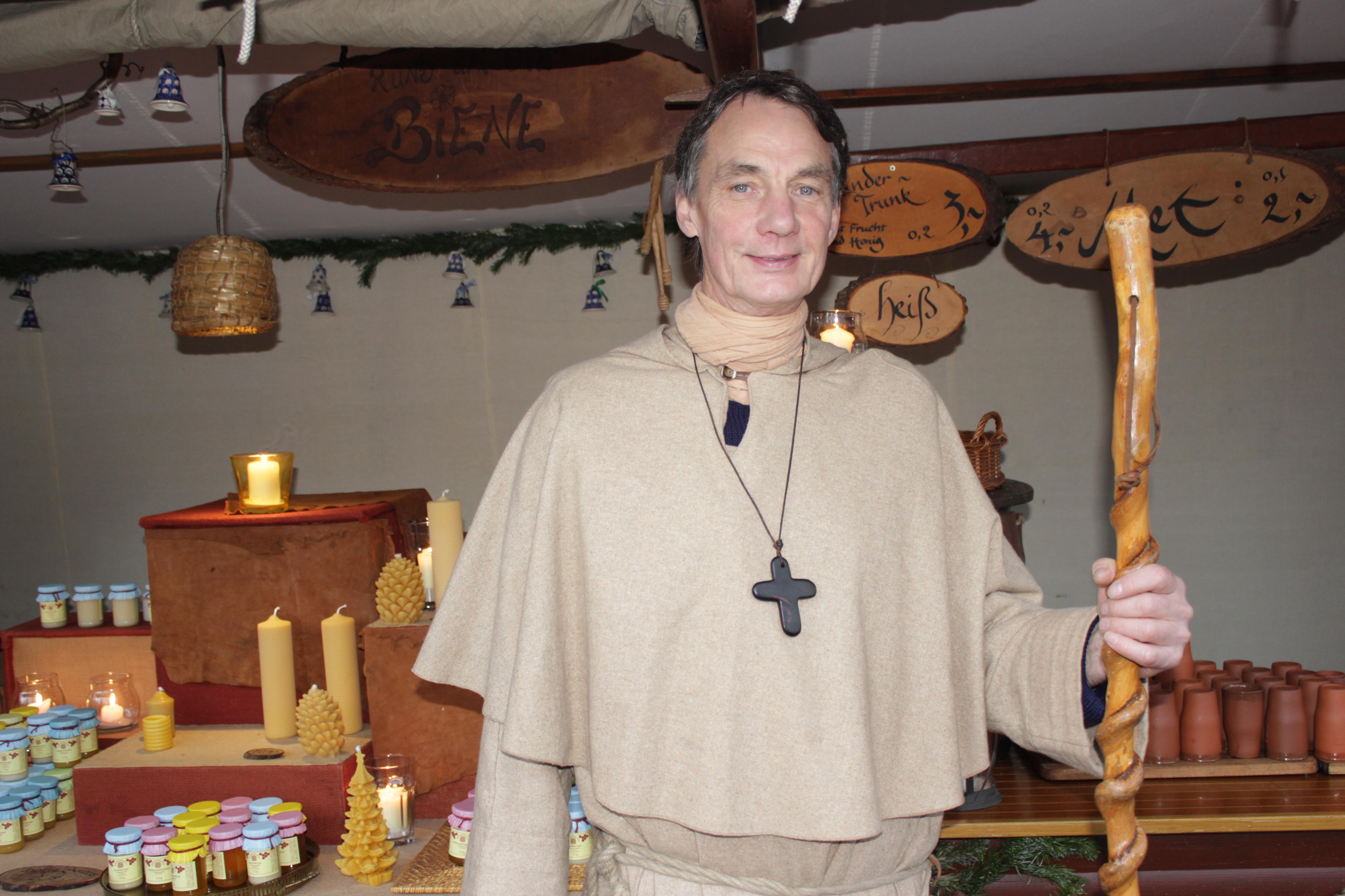 Standbetreiber Dieter Zumfelde vor seinem Stand auf dem Mittelaltermarkt