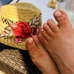 Das Bild zeigt zwei Füße