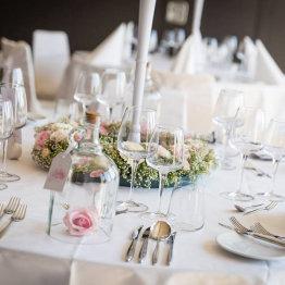 Das Bild zeigt einen feierlich gedeckten Tisch im Friendly Cityhotel Oktopus