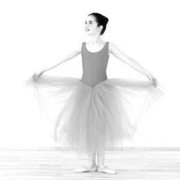 Das Bild zeigt eine junge Tänzerin