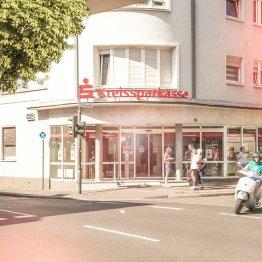 Auf dem Bild ist die Filiale der Kreissparkasse in Siegburg, Kaiserstraße zu sehen