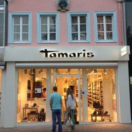 Das Bild zeigt die Front des Ladenlokals von Tamaris Schuhe in Siegburg