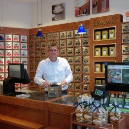 Das Bild zeigt den Geschäftsführer von TeeGschwender in Siegburg in seinem Laden