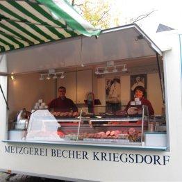 Das Bild zeigt den Stand der Metzgerei Becher Kriegsdorf auf dem Wochenmarkt