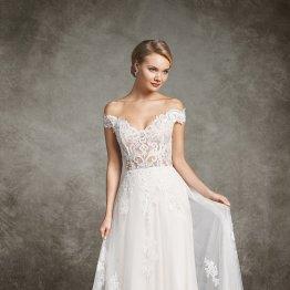 Das Bild zeigt ein Model für Brautmode in einem Brautkleid von ADORNIA BRAUTMODE