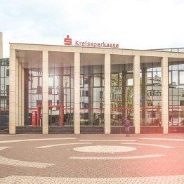 Das Bild zeigt die Kreissparkasse Köln mit ihrer Filiale in Siegburg neben dem S-Carre
