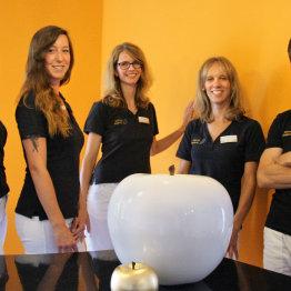 Das Bild zeigt das Team der Praxis für Implantologie, Ästhetik und Funktion in der Zahnmedizin