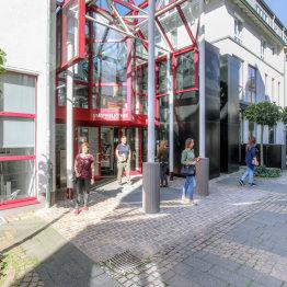 Auf dem Bild ist der Eingangsbereich der Stadtbibliothek Siegburg zu sehen