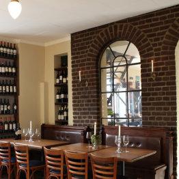 Das Bild zeigt eine Innenaufnahme des Weinlokals
