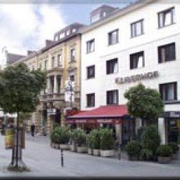 Das Bild zeigt die Front des Hotels Kaiserhof