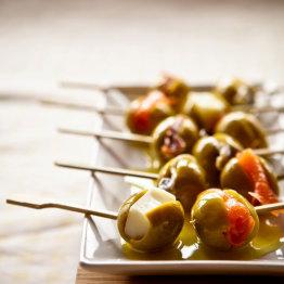 Das Bild zeigt gefüllte Oliven auf einen Teller