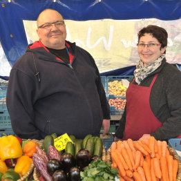 Das Bild zeigt die beiden Wochenmarkthändler Fadime und Ugur Sezer