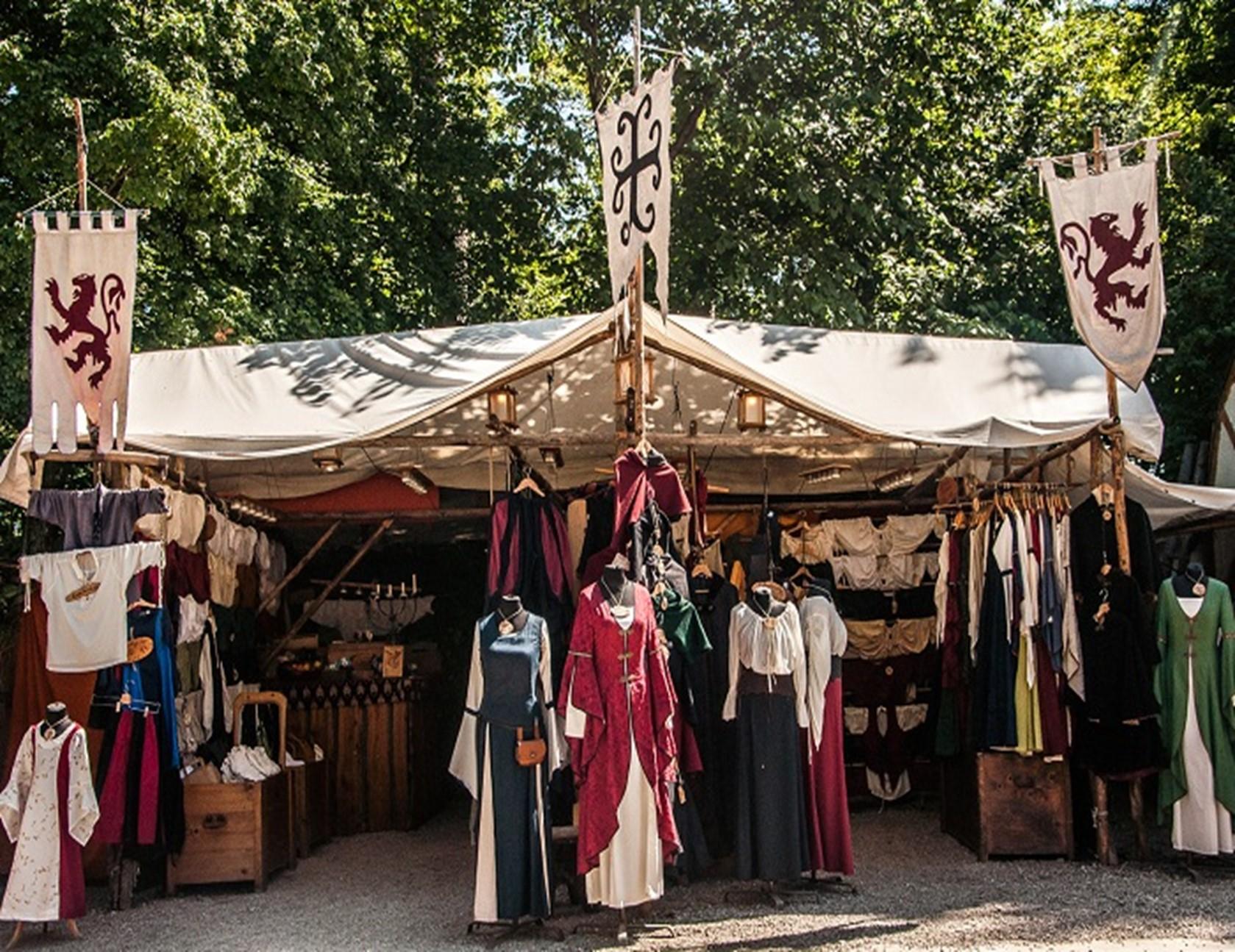 Der Stand von Get Natural ist mit vielen ausgestellten Kleidungsstücken im Mittelalterstil dekoriert.