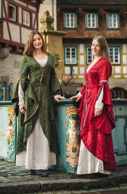 Zwei Frauen in Mittelalterlichen Kleidern von Get Natural.