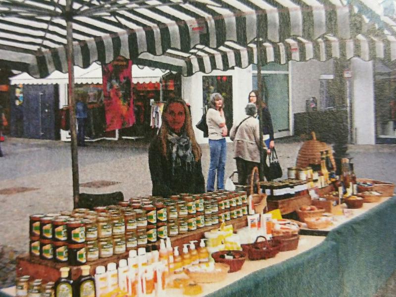 Auf dem Bild sieht man den Wochenmarktstand von Anja Becker-Haupts