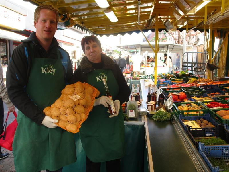 Auf dem Bild ist der Wochenmarktstand von Maria Kley zu sehen