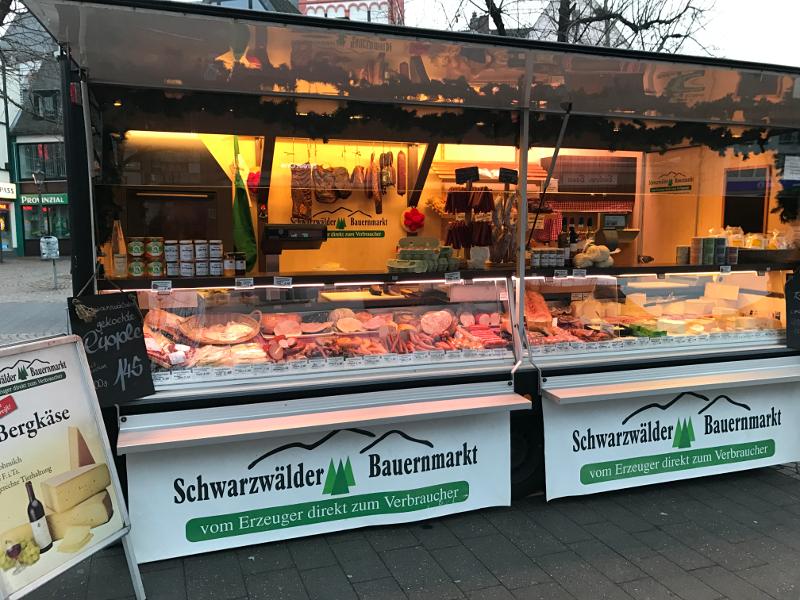 Das Bild zeigt den Wochenmarktstand von Wolfgang Frey