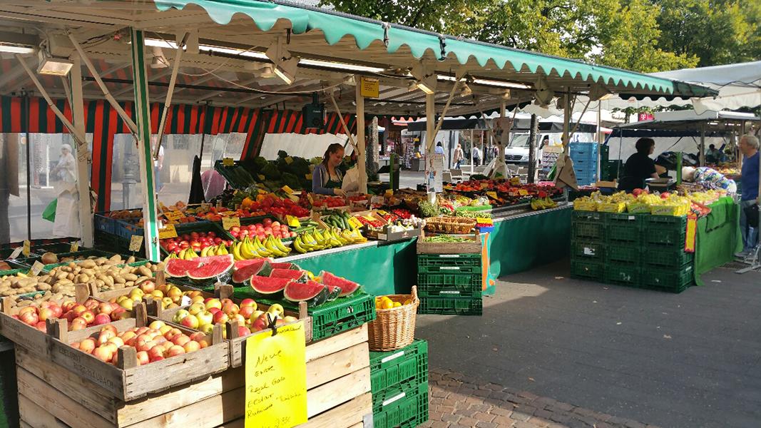 Auf dem Bild ist der Obst und Gemüsestand von Bernd Wallburger zu sehen