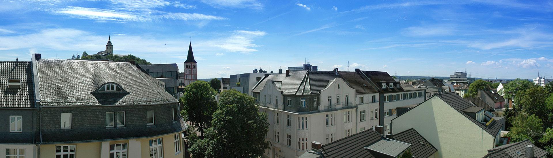 Auf dem Bild sieht man das Siegburger Bahnhofsgebäude mit dem Cinelux-Kino