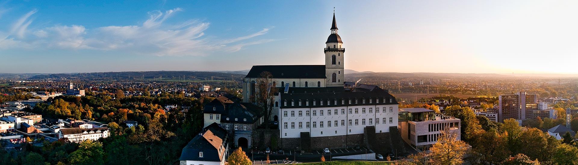 Das Bild zeigt den Blick auf den Siegburger Michaelsberg und über die Kreisstadt Siegburg